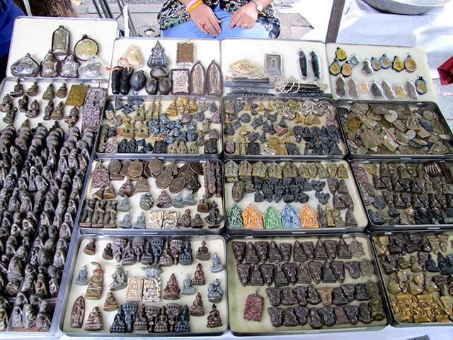 Chợ bùa Tha Prachan là địa điểm tham quan độc đáo, không nên bỏ lỡ trong tour du lịch Thái Lan
