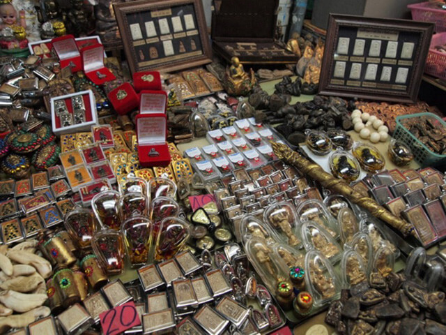 Bùa ở chợ Tha Prachan không chỉ đa dạng về kích thước, chất liệu, hình dáng mà còn rất đa dạng về giá cả