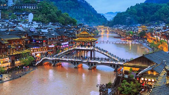 Lầu Phong Thúy Hồng Kiều là địa điểm tham quan hấp dẫn mà du khách không nên bỏ qua trong tour Phượng Hoàng cổ trấn giá rẻ