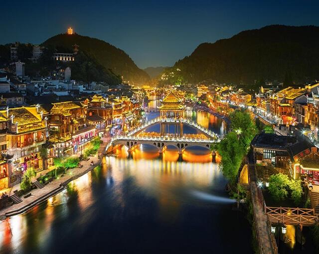 Ngoài vẻ đẹp cổ kính cùng những giá trị lịch sử, văn hóa to lớn thì cầu Hồng Kiều còn là nơi lí tưởng để ngắm cảnh