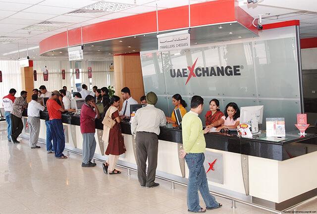 Trong chuyến du lịch Dubai bạn không nên đổi tiền trên đường phố, thay vào đó hãy đổi tại các ngân hàng, khách sạn, trung tâm mua sắm,...