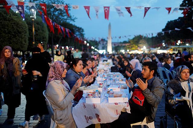 Trong tháng Ramadan người Hồi Giáo sẽ nhịn ăn uống cho đến khi mặt trời lặn