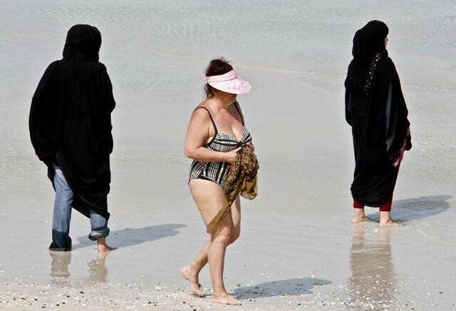 Khi đi tour Dubai bạn chỉ được mặc bikini tại bãi biển