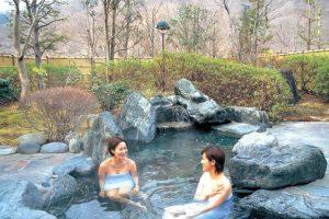 Đừng xấu hổ khi trút bỏ hết quần áo để tắm Onsen trong tour Nhật Bản