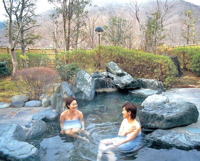 Tắm suối nước nóng Onsen