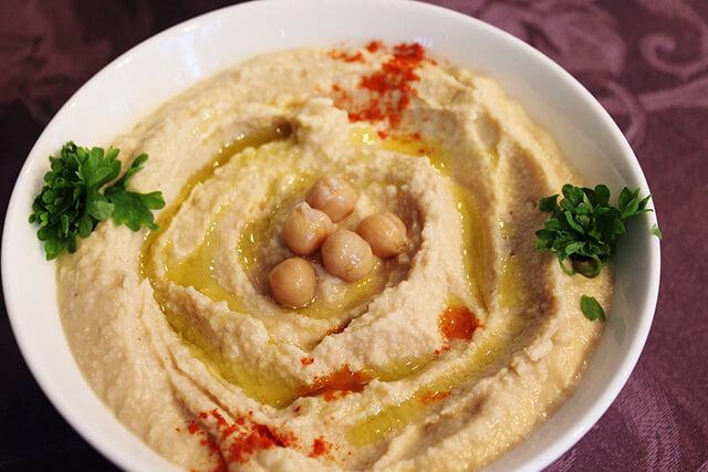 Sốt Hummus thường dùng để ăn kèm với bánh khubz