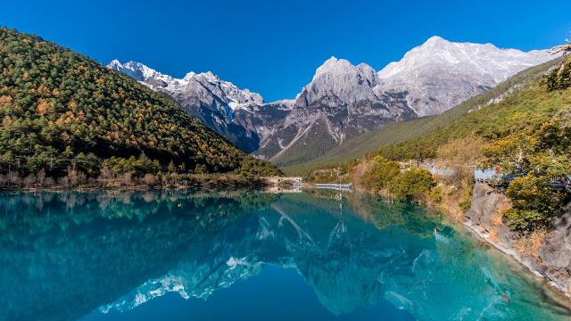 Đi cáp treo trên núi tuyết Ngọc Long dể ngắm trọn vẻ đẹp của thung lũng Trăng Xanh