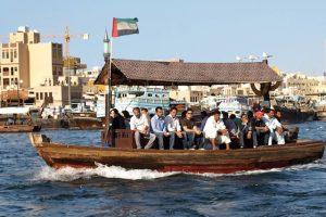 Chiêm ngưỡng lạch Dubai trên những con thuyền gỗ là trải nghiệm cực kì ấn tượng trong tour du lịch Dubai