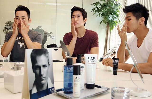 Đàn ông Hàn rất thích trang điểm và quan tâm đến mỹ phẩm