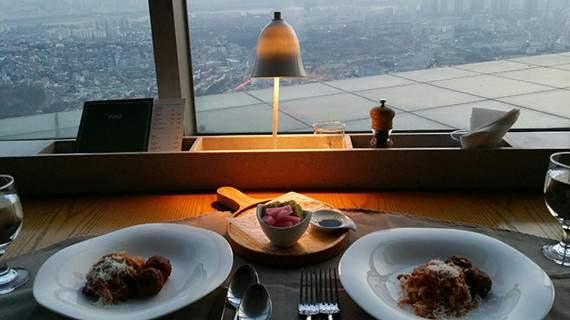 Tầng hai là nơi bày các món bay kiểu Ý Place Dining