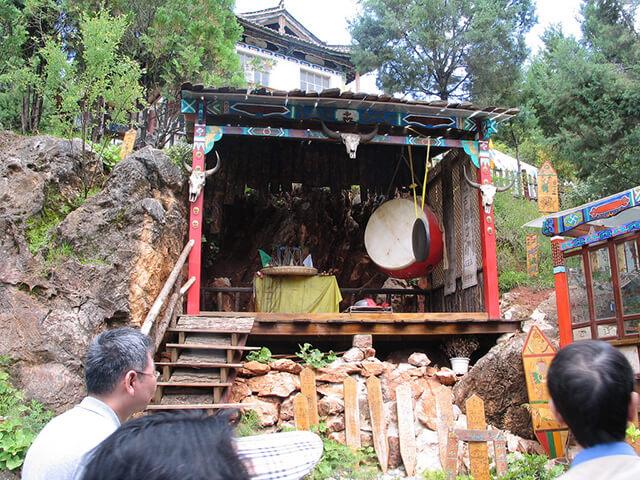 Bảo tàng có trưng bày, tái hiện lại rất nhiều hiện vật, nghi lễ liên quan đến tôn giáo của người Nạp Tây