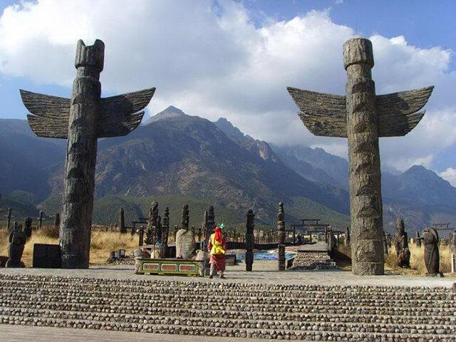 Đến với bảo tàng du khách trong tour du lịch Shangrila còn được tận mắt chứng kiến nhiều nghi thức tôn thờ thiên đường, các vị thần và thiên nhiên hùng vĩ