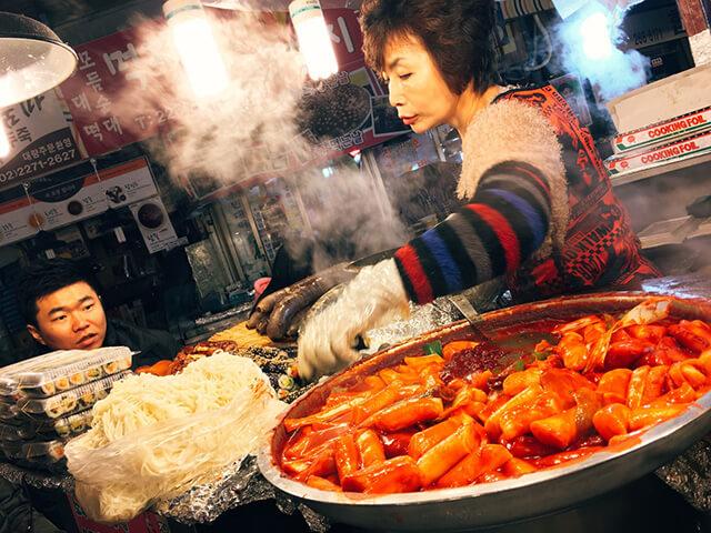 Món bánh gạo cay hấp dẫn, thơm ngon ở chợ Gwangjang