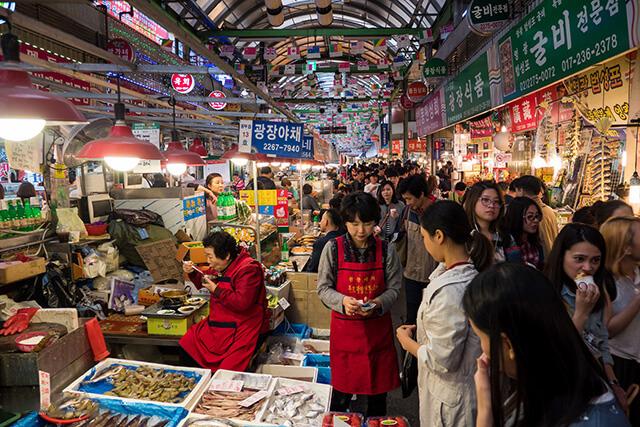 Gwangjang cũng là ngôi chợ bày bán rất nhiều mặt hàng khô và hải sản để du khách mua về làm quà