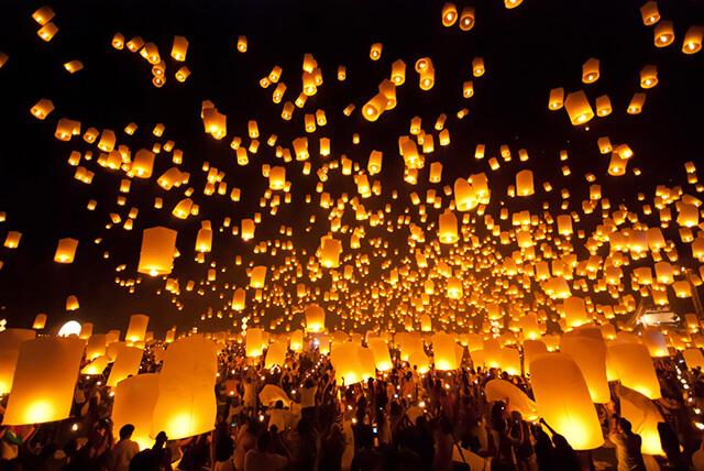 Ở Chiang Mai bên cạnh hoạt động thả đèn hoa đăng thì trong lễ hội Loy Krathong người ta còn tổ chức thả đèn trời quy mô lớn