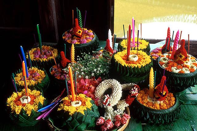 Những chiếc bè được kết từ hoa được sử dụng trong lễ hội Loy Krathong