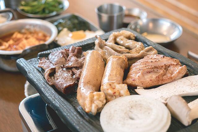 Gopchang thường được nướng cùng kim chi trắng, bánh mì và ăn kèm với nhiều gia vị