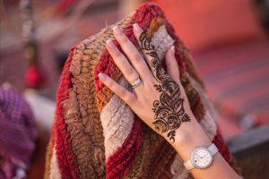 Du khách đi du lịch Dubai nên thử xăm các hình Henna lên tay hoặc chân