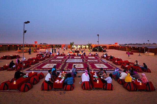 Không gian rộn rã, đầy màu sắc của bữa tiệc nướng trên sa mạc Sarafi