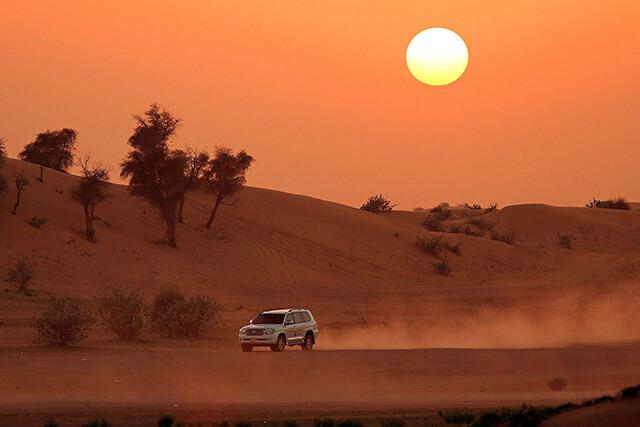 Ngắm hoàng hôn trên sa mạc Sarafi khi đi tour Dubai