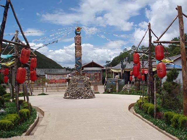Đến với thung lũng Đông Ba du khách trong tour Lệ Giang Shangrila sẽ được tìm hiểu và khám phá về tôn giáo, tín ngưỡng của người dân nơi đây