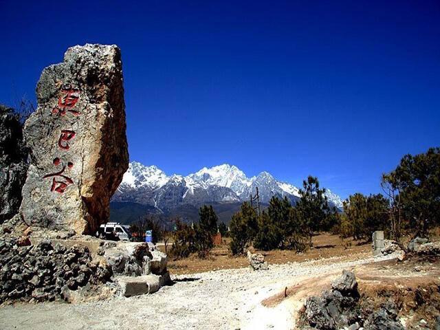Thung Lũng Đông Ba nằm ở chân núi Ngọc Long Tuyết Sơn trên độ cao 5600m