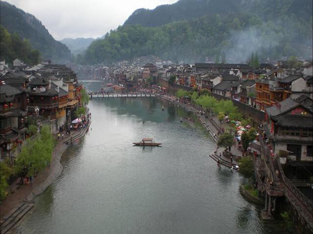Trong tour Phượng Hoàng cổ trấn giá rẻ bạn nên dành thời gian để phượt trên sông Tuo