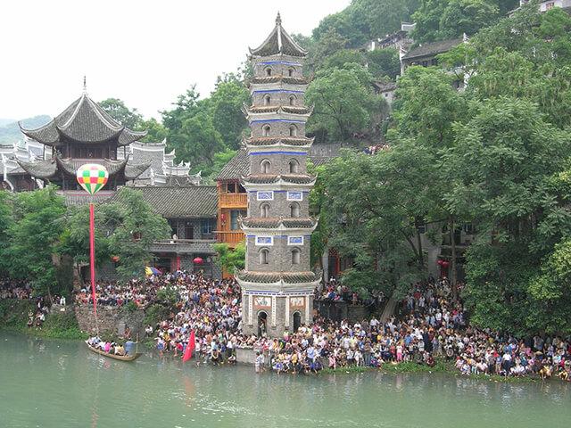 Đi tour Phượng Hoàng cổ trấn giá rẻ bạn sẽ được tham quan rất nhiều di tích, công trình văn hóa - lịch sử tiêu biểu