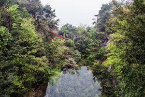 Cây cầu đá tự nhiên nối hai đỉnh núi ở Trương Gia Giới là điểm tham quan độc đáo trong tour du lịch Trung Quốc