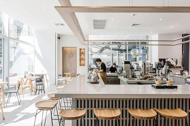 Quầy barista là nơi để du khách thưởng thức những li cà phê được rang, xay, chế biến tại chỗ
