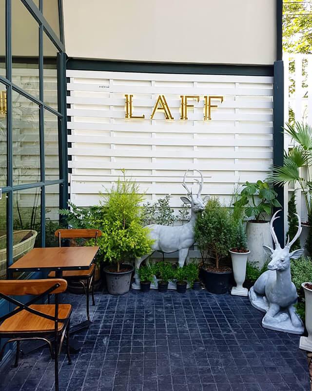 Đến với Laff du khách trong tour Thái Lan nên mang theo một chiếc áo khoác vì máy lạnh ở đây luôn hoạt động hết công suất