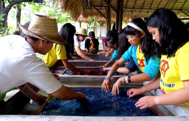 Du khách trong tour Thái Lan đang xe sợi và tản đều trên khung giấy dưới nước