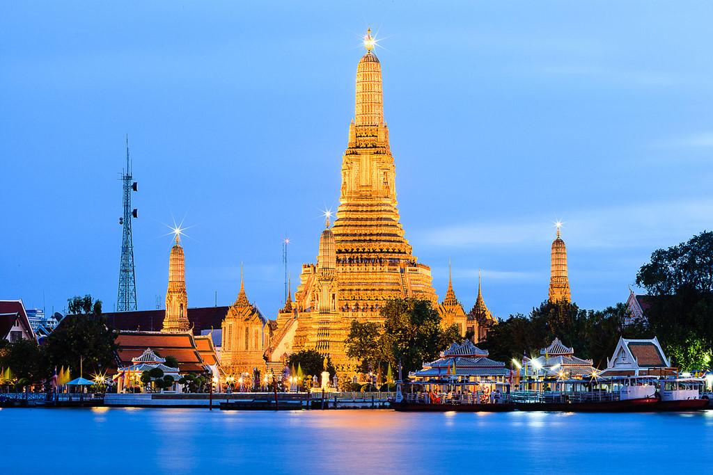 Ngôi chùa Wat Arun bangkok lung linh dưới ánh đèn lúc về đêm