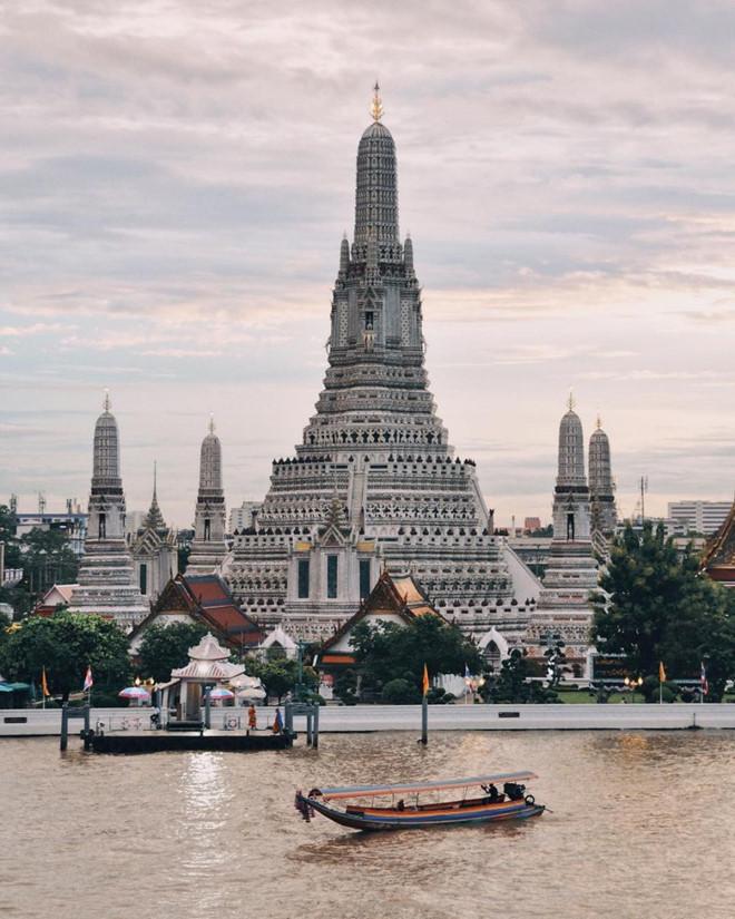 Từ đỉnh tháp, bạn có thể nhìn thấy toàn cảnh sông Chao Phraya, cung điện Hoàng gia và đền Wat Pho.