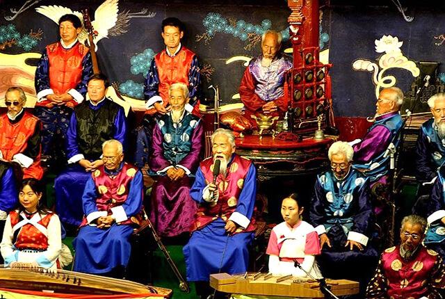 Trong tour Lệ Giang Shangrila du khách sẽ có cơ hội tham gia nhiều chương trình biểu diễn ca nhạc đặc sắc, hấp dẫn