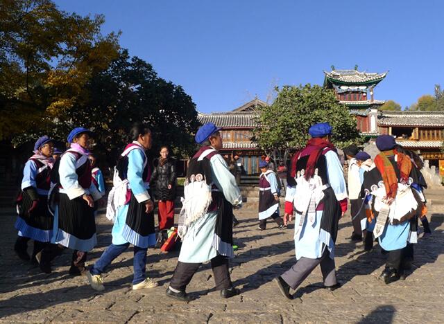 Hình ảnh những cụ bà người Naxi đang say sưa trong những điệu dân vũ truyền thống của dân tộc mình