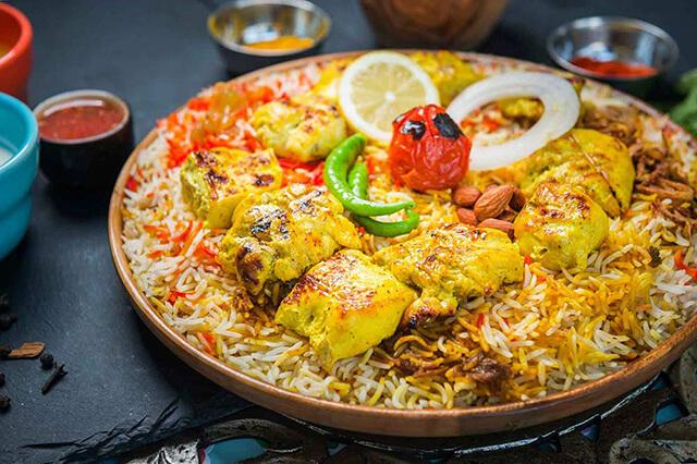 Màu sắc hấp của món cơm Mandi là sự kết hợp của nhiều loại gia vị và loại hạt khác nhau