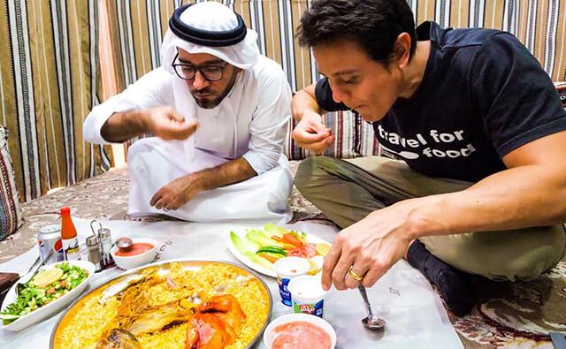 Trong tour Dubai bạn sẽ thấy cơm Mandi được phục vụ trong những đĩa to, thực khách sẽ ngồi xuống sàn và dùng tay để thưởng thức nó