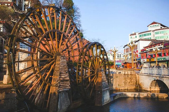 Hai bánh xe nước ở quảng trường Ngọc Hà được phục dựng từ năm 1997