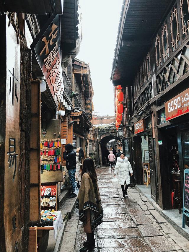 Lệ Giang là trấn cổ có nhiều địa điểm sống ảo thần thánh đang chờ bạn khám phá trong tour Trung Quốc