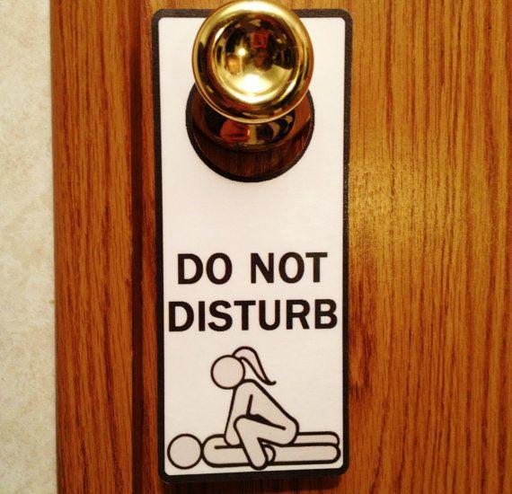 Khi vào một văn phòng nào đó, bạn hãy gõ cửa trước và sau đó tự mở cửa vào.