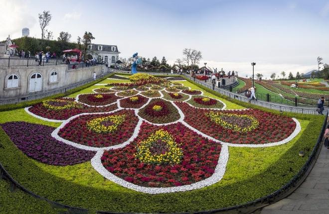 Ở vườn Địa Đàng, hình ảnh một chú công xòe chiếc đuôi kiều diễm dệt bởi muôn sắc hoa tulip là ý tưởng sáng tạo khiến nhiều du khách thích thú.