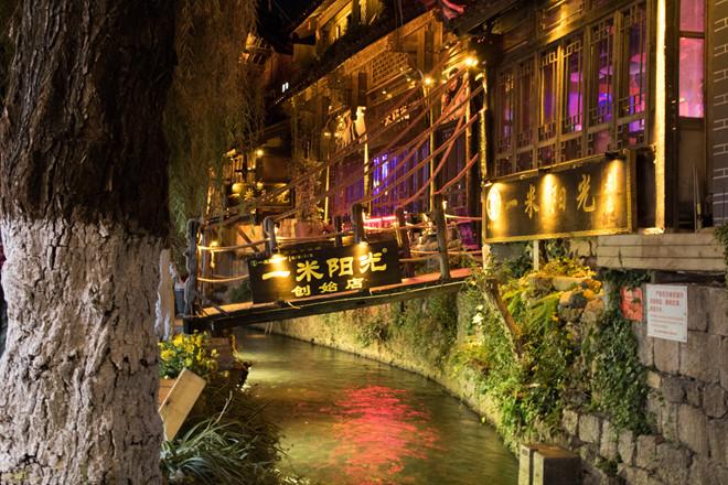 Quán cà phê bắc qua cầu lung linh về đêm ở Lệ Giang