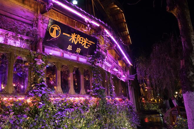 Hình ảnh quán cà phê bắc qua cầu lung linh về đêm ở Lệ Giang