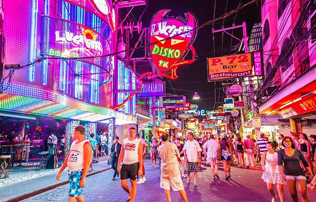 Cuộc sống về đêm ở Pattaya vô cùng náo nhiệt, rất thích hợp với những người yêu tiệc tùng