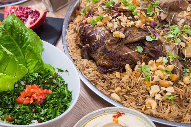 Quozi là món ăn được làm từ thịt cừu nấu cùng các loại hạt và nho khô rồi được thưởng thức kém với cơm