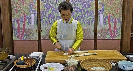 iến sĩ Sook-ja Yoon nấu món tteokguk theo cách truyền thống ở Seoul