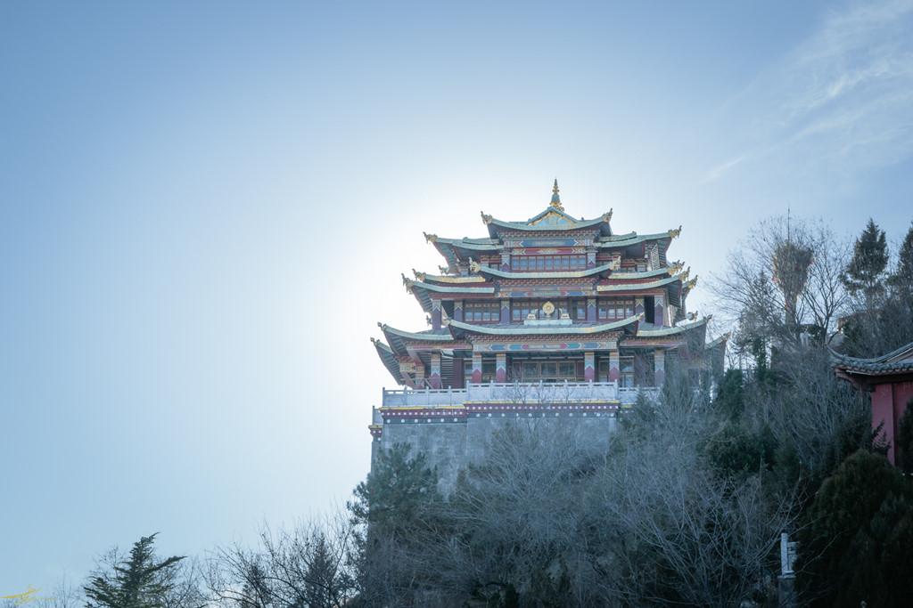 Ngôi chùa nằm trên ngọn núi cao ở Shangri-La