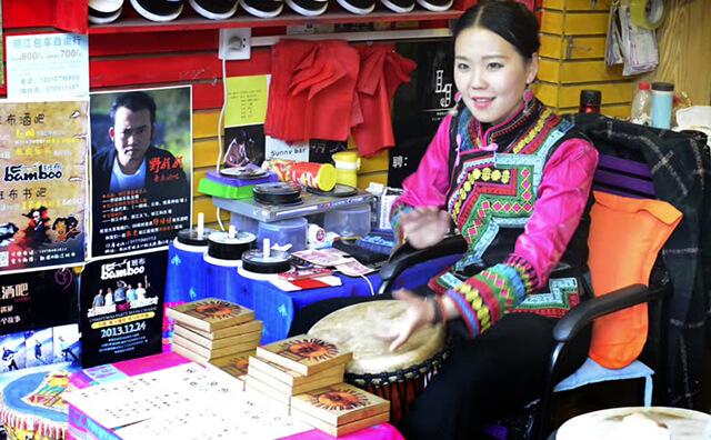 Không gian tại Lệ Giang ngập tràn âm nhạc từ những cửa hàng bán băng đĩa của người dân địa phương