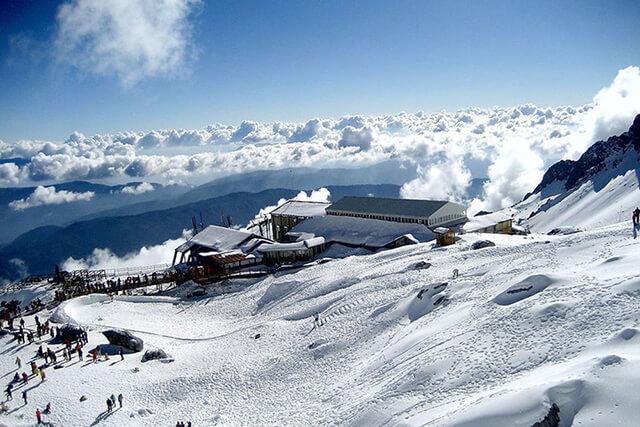 Ngọn núi Ngọc Long Tuyết Sơn phủ tuyết trắng xóa.